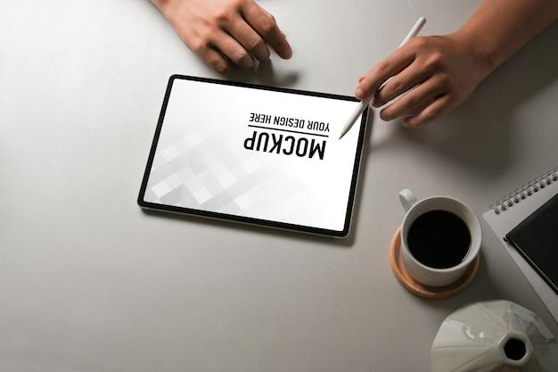 Close-up van kantoor aan huis kamer met tablet mockup