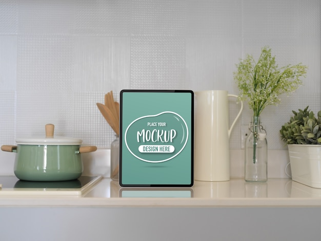 Close-up van keukentafel met mockup tablet