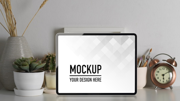 Close-up van laptop mockup, briefpapier en decoraties