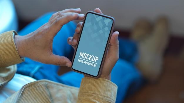 Close-up van man met smartphone mockup