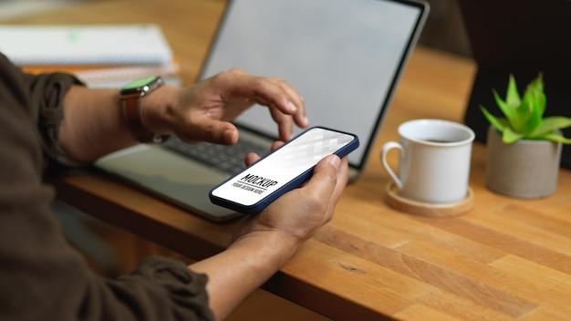 Close-up van mannelijke handen met behulp van smartphonemodel