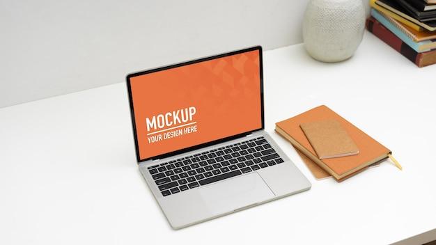 Close-up van mockup laptop met vaas