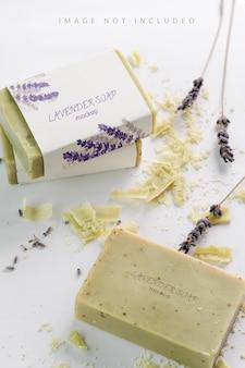 Close-up van natuurlijk kruidenzeepmodel met lavendelbloemen