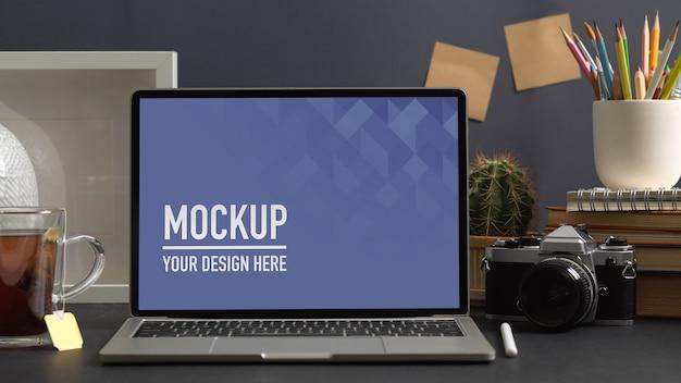 Close-up van werkruimte met laptop mockup in kantoor aan huis kamer