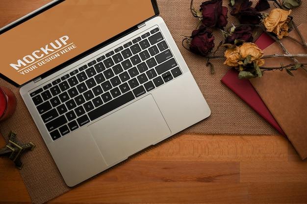 Close-up van werkruimte met laptop mockup in kantoor aan huis