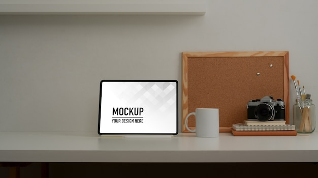 Close-up van werkruimte met mock-up tablet en kantoorbenodigdheden
