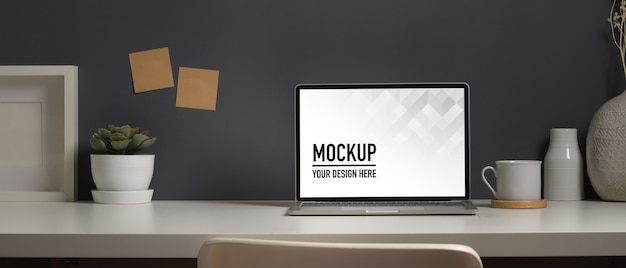 Close-up van werktafel met laptop mockup