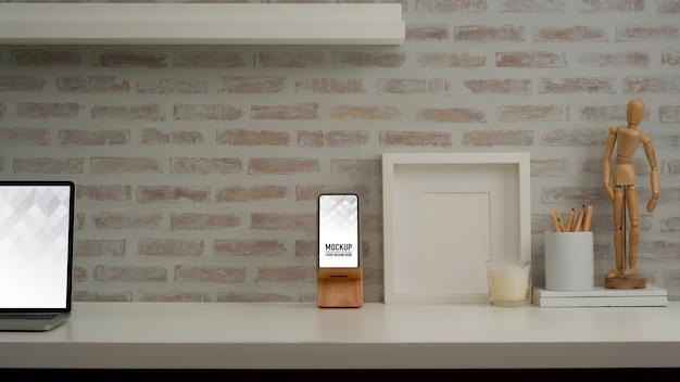 Close-up van werktafel met mock up smartphone en kantoorbenodigdheden