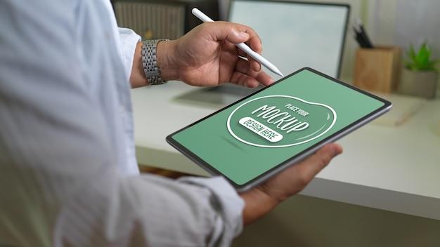 Close-up van zakenman mockup digitale tablet en stylus pen te houden