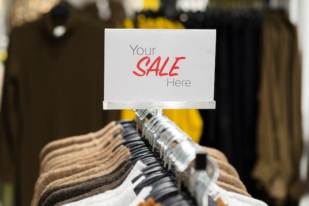 Close-upbar met hangers voor kleding