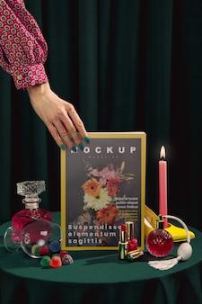 Close-uphand die modetijdschrift houden