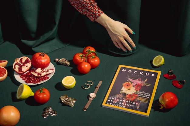 Close-uphand met tijdschrift en tomaten