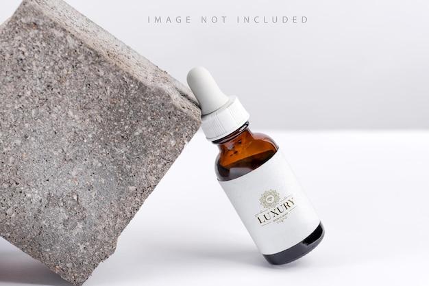Closeup serum essentie in glazen mockup fles op stand achtergrond geïsoleerde huidverzorgingsolie