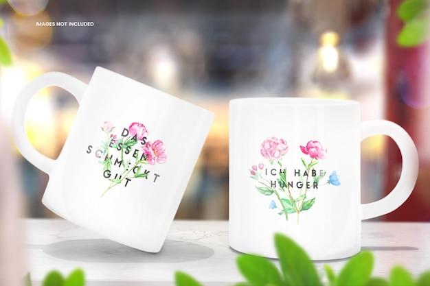 Coffee cup mockup van twee mokken op houten tafel