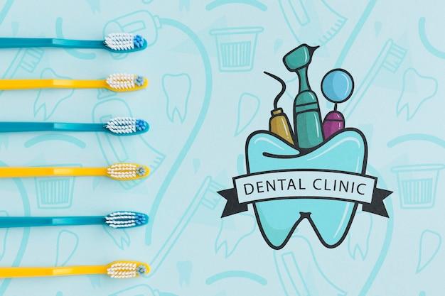 Colección de cepillos de dientes con maqueta de clínica dental