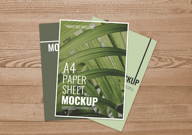 Colección de hojas de papel sobre madera