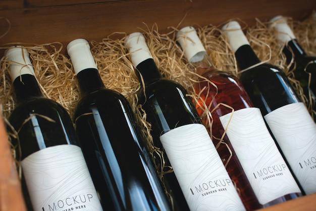 Colección de maquetas de botellas de vino.