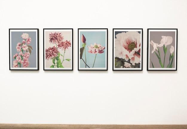 Colección de piezas de arte floral en una pared.