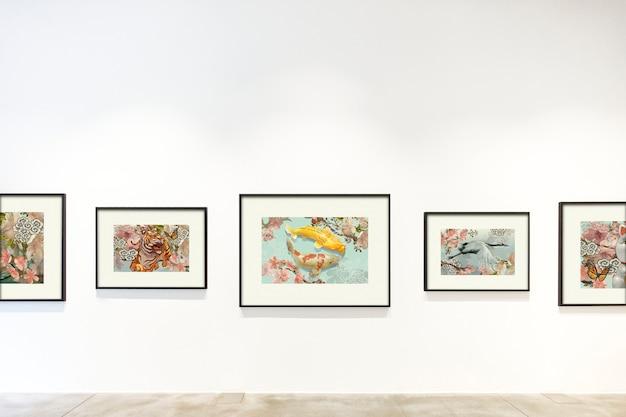 Colección de piezas de arte en una pared.