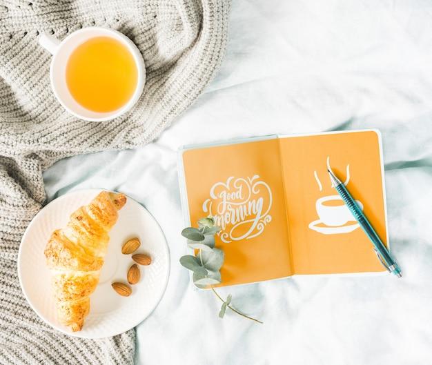 Collezione di cornetti per la colazione accanto alla tazza di tè