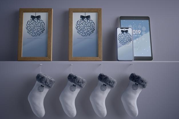 Collezione di cornici e calze sullo scaffale
