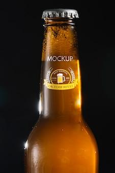 Collo di bottiglia di birra del primo piano