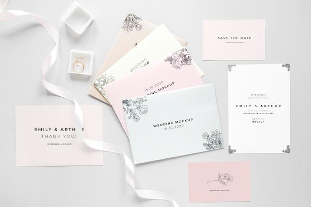 Colocación gorda de tarjeta de boda con cinta y anillos