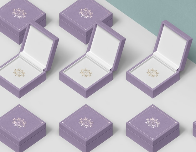 Colonne e file di scatole regalo per gioielli