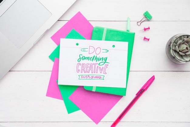 Coloridas notas adhesivas con mensaje positivo