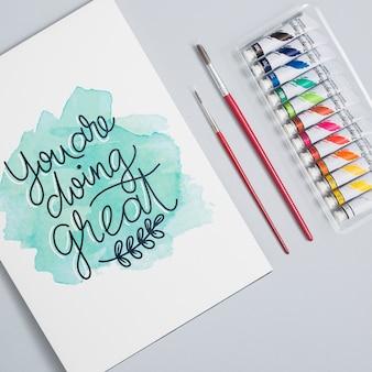 Colorido conjunto de témperas y lápices.