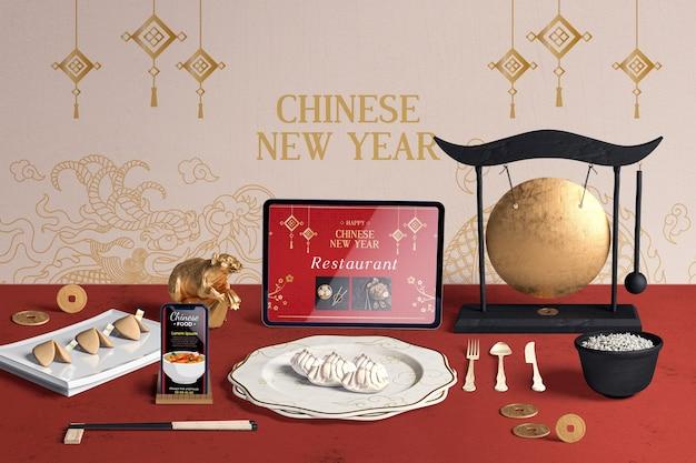 Coltelleria di vista frontale e biscotti di fortuna per il nuovo anno cinese