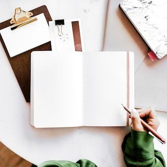 Columnista escribiendo en un libro