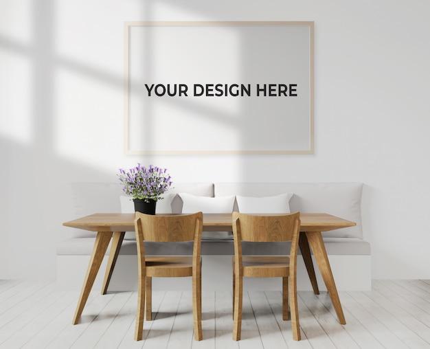 Comedor o sala de estar con maqueta de marco colgada en la pared