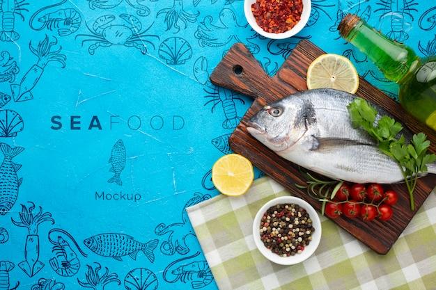 Composición de alimentos marinos en posición plana con maqueta