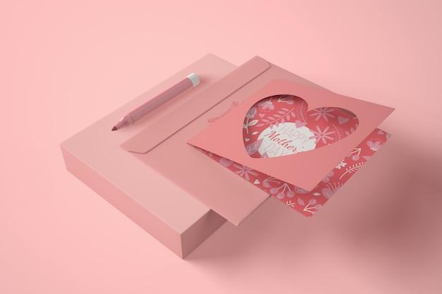 Composición de alto ángulo para el día de la madre con tarjeta