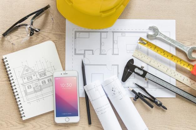 Composición de arquitectura con mockup de libreta y smartphone