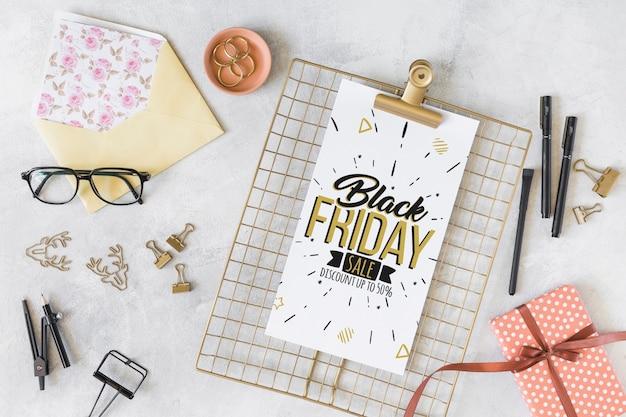 Composición de black friday con portapapeles