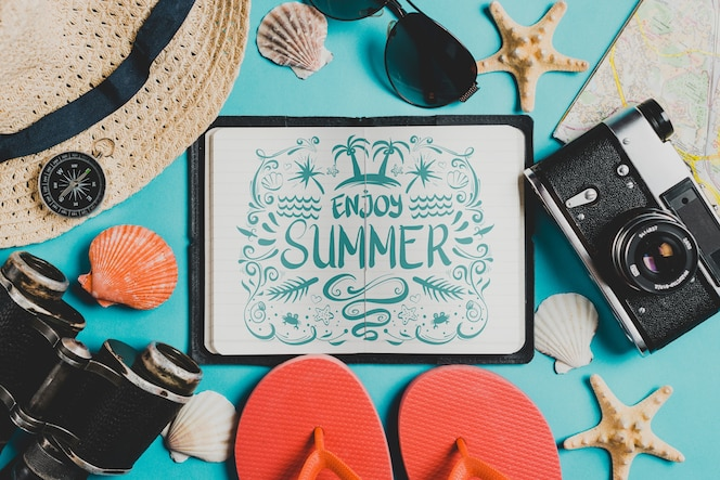 Composición de verano con libro de cuero abierto