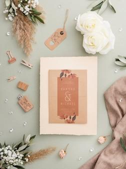 Composición de elementos de boda con maqueta de invitación