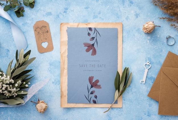 Composición de elementos de boda con maqueta de tarjeta