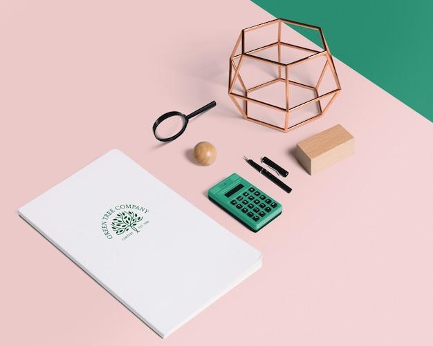 Composición de elementos de oficina con mockup de cover