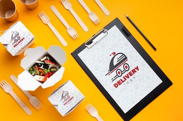 Composición de entrega de alimentos gratis con maqueta de portapapeles