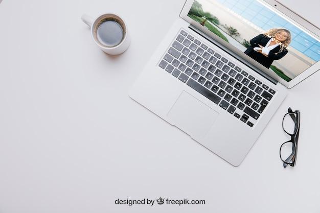 Composición de espacio de trabajo con portátil y café