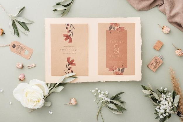 Composición especial de elementos de boda con maqueta de invitación.