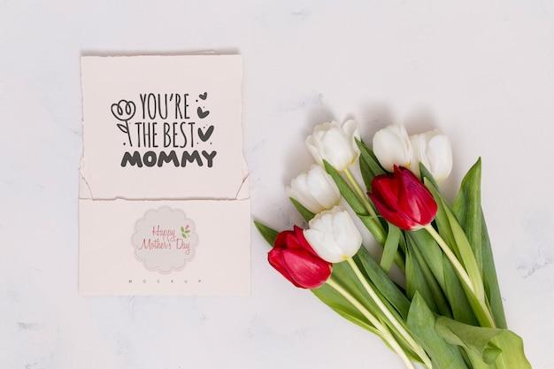 Composición flat lay para el día de la madre con mockup de tarjeta