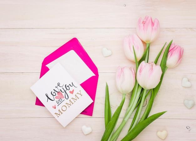 Composición flat lay del día de la madre con mockup de tarjeta