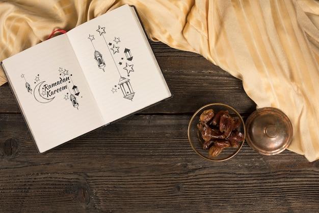 Composición flat lay de ramadán con libro abierto
