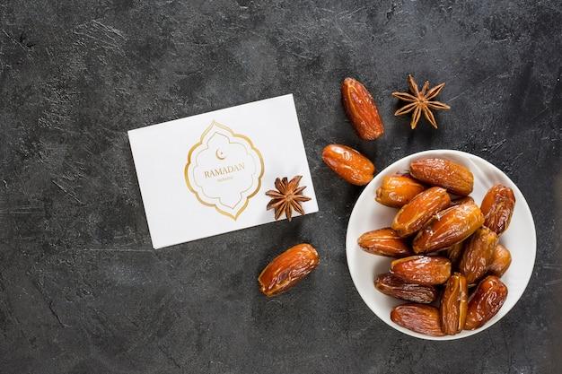 Composición flat lay de ramadán con mockup de tarjeta
