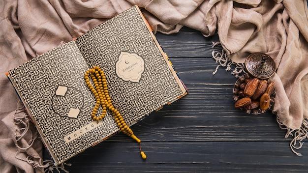 Composición flat lay de ramadán con plantilla de libro abierto