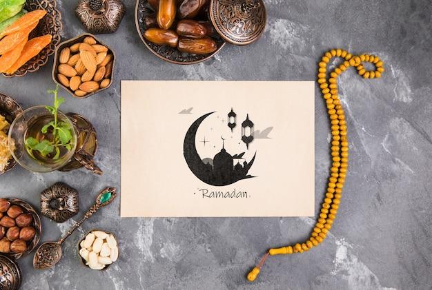 Composición flat lay de ramadán con plantilla de tarjeta de papel